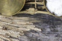Opinião superior do close up escalas velhas da cozinha, colher da farinha e milho Imagens de Stock