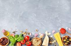 Opinião superior do espaço italiano da cópia do fundo do alimento foto de stock royalty free