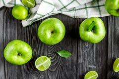 Opinião superior do fundo de madeira escuro verde maduro da tabela das maçãs Imagem de Stock