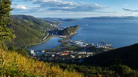 Opinião superior do panorama da cidade de Petropavlovsk-Kamchatsky, da baía de Avacha e do Oceano Pacífico fotos de stock royalty free