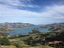Opinião superior do porto de Akaroa em Nova Zelândia Foto de Stock