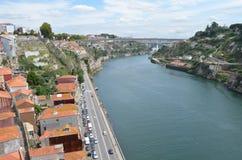 Opinião superior do rio de Douro dos DOM LuÃs que eu construo uma ponte sobre em Porto, Portugal Imagem de Stock