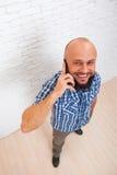 Opinião superior do telefonema esperto farpado ocasional da pilha do homem de negócio Fotos de Stock