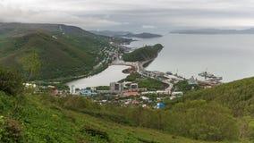 Opinião superior do verão da cidade de Petropavlovsk Kamchatsky, Oceano Pacífico Imagem de Stock Royalty Free