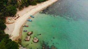 Opinião superior do zangão aéreo da costa minúscula do paraíso exótico tropical branco da areia na ilha de Koh Prangan, Tailândia video estoque