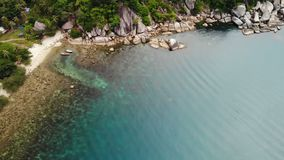 Opinião superior do zangão aéreo da costa minúscula do paraíso exótico tropical branco da areia na ilha de Koh Prangan, Tailândia filme