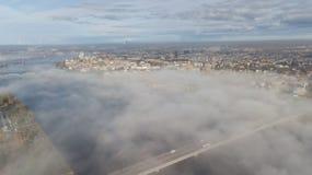 Opinião superior do zangão aéreo da ilha da nuvem de fumo da ilha de Zakusala do rio do Daugava de Riga Letónia imagem de stock royalty free