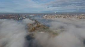 Opinião superior do zangão aéreo da ilha da nuvem de fumo da ilha de Zakusala do rio do Daugava de Riga Letónia fotos de stock royalty free