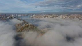 Opinião superior do zangão aéreo da ilha da nuvem de fumo da ilha de Zakusala do rio do Daugava de Riga Letónia fotografia de stock royalty free