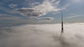 Opinião superior do zangão aéreo o mais grande de Europa das nuvens de fumo de Zakusala da torre da tevê de Riga Letónia fotos de stock