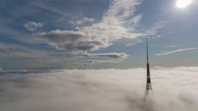 Opinião superior do zangão aéreo o mais grande de Europa das nuvens de fumo de Zakusala da torre da tevê de Riga Letónia fotografia de stock