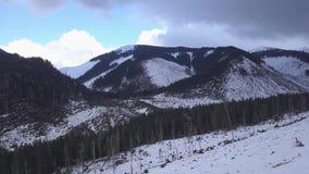 Opinião superior do zangão de Jasna Europa Aerial do inverno do esqui de Eslováquia da montanha da neve video estoque