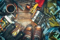 Opinião superior dos acessórios do curso Conceito da atividade do feriado do estilo de vida da descoberta da aventura fotografia de stock
