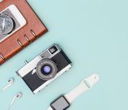 Opinião superior dos dispositivos dos objetos dos acessórios do curso flatlay na cor pastel azul fotografia de stock