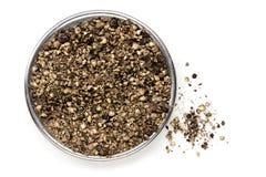 Opinião superior esmagada dos grãos de pimenta pretos isolada Imagens de Stock