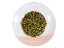 Opinião superior feijões verdes na placa no fundo do rosa do whrite foto de stock