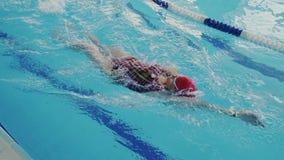 Opinião superior a jovem mulher profissional quando nadar o estilo da costas Prepara-se para a grande competição de popular vídeos de arquivo