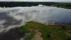 Opinião superior 4K UHD Letónia video Brivdabas Muzejs do zangão aéreo do lago Riga vídeos de arquivo