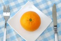 Opinião superior a laranja suculenta na placa fotos de stock royalty free