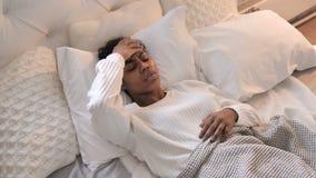 Opinião superior a menina africana nova com a dor de cabeça que coloca na cama filme