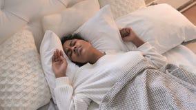Opinião superior a menina africana nova perturbada que tenta dormir na cama vídeos de arquivo