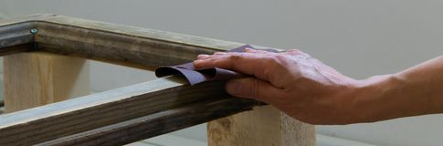 A opinião superior a mulher entrega ver uma prancha de madeira dentro Conceitos - ofício, carpentery, DIY foto de stock royalty free