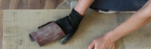 A opinião superior a mulher entrega ver uma prancha de madeira dentro Conceitos - ofício, carpentery, DIY imagem de stock
