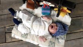Opinião superior o bebê de grito vídeos de arquivo