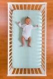 Opinião superior o bebê no berço imagens de stock