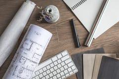 Opinião superior o desenhista Desktop, arquiteto Stuff no fundo de madeira Imagens de Stock Royalty Free
