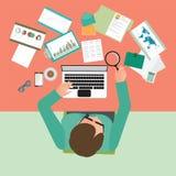 Opinião superior o homem de negócios ocupado que trabalha duramente em sua mesa no escritório ilustração do vetor