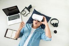 Opinião superior o homem que veste óculos de proteção da realidade virtual imagem de stock