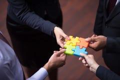 A opinião superior os executivos agrupa o enigma de serra de vaivém de montagem Imagens de Stock Royalty Free