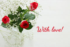 Opinião superior rosas bonitas e delicadas no fundo de madeira Foto de Stock Royalty Free
