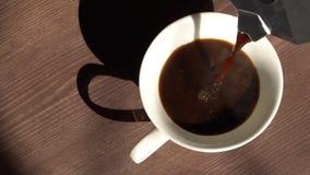 A opinião superior super de movimento lento do café derrama no copo do fabricante de café do geyser filme