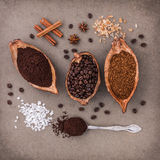 A opinião superior três feijões de café diferentes e o café instantâneo adicionam Foto de Stock