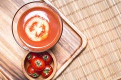 Opinião superior vegetais do batido e do tomate do suco de tomate na placa de madeira Bebida para saudável e o rafrescamento Fotografia de Stock Royalty Free
