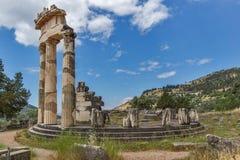 Opinião surpreendente as ruínas e a Athena Pronaia Sanctuary no local arqueológico do grego clássico de Delphi, Grécia Imagens de Stock Royalty Free