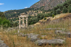 Opinião surpreendente as ruínas e a Athena Pronaia Sanctuary no local arqueológico do grego clássico de Delphi, Grécia Foto de Stock Royalty Free