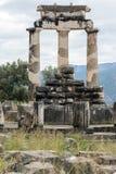 Opinião surpreendente as ruínas e a Athena Pronaia Sanctuary no local arqueológico do grego clássico de Delphi, Grécia Imagem de Stock