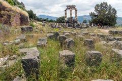 Opinião surpreendente as ruínas e a Athena Pronaia Sanctuary no local arqueológico do grego clássico de Delphi, Grécia Imagens de Stock