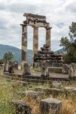 Opinião surpreendente as ruínas e a Athena Pronaia Sanctuary no local arqueológico do grego clássico de Delphi, Grécia Fotografia de Stock Royalty Free