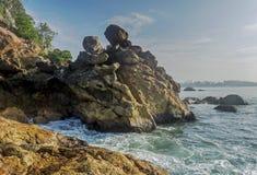 Opinião surpreendente bonita da paisagem da costa rochosa com as ondas na praia na cidade de Weligama fotografia de stock
