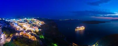 Opinião surpreendente da noite de Fira, caldera, vulcão de Santorini, Grécia foto de stock