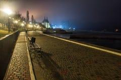 Opinião surpreendente da rua da noite com o castelo no fundo foto de stock royalty free