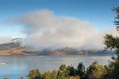 Opinião surpreendente do outono do reservatório de Batak, montanha de Rhodopes Fotos de Stock Royalty Free