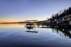 Opinião surpreendente do por do sol do lago Washington com docas privadas Fotos de Stock Royalty Free