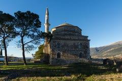 Opinião surpreendente do por do sol da mesquita de Fethiye no castelo da cidade de Ioannina, Epirus, Grécia imagens de stock royalty free