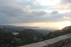 Opinião surpreendente e bonita do mar da montanha alta e do por do sol da cidade Líbano norte de Koura Imagens de Stock