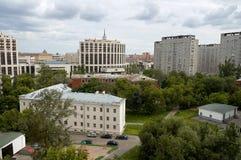 Opinião típica da arquitetura da cidade do russo com casas modernas Fotografia de Stock Royalty Free